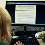 Kind am Bildschirm