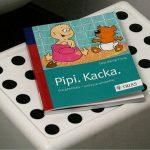 Das Buch Pipi.Kacka. auf einem Tritthocker vor der Toilette