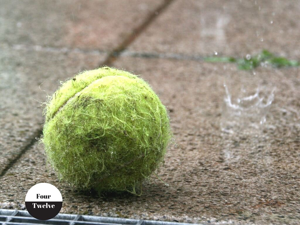 Tennis ball im regen