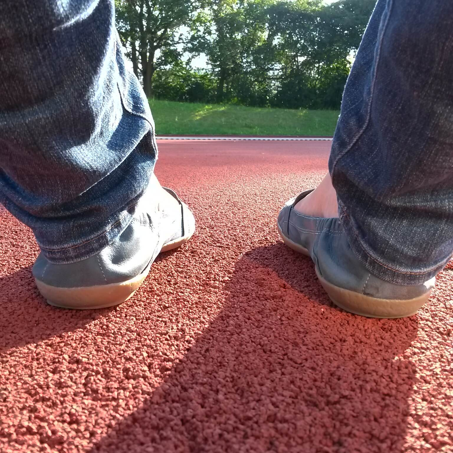 Füße auf der Tartanbahn