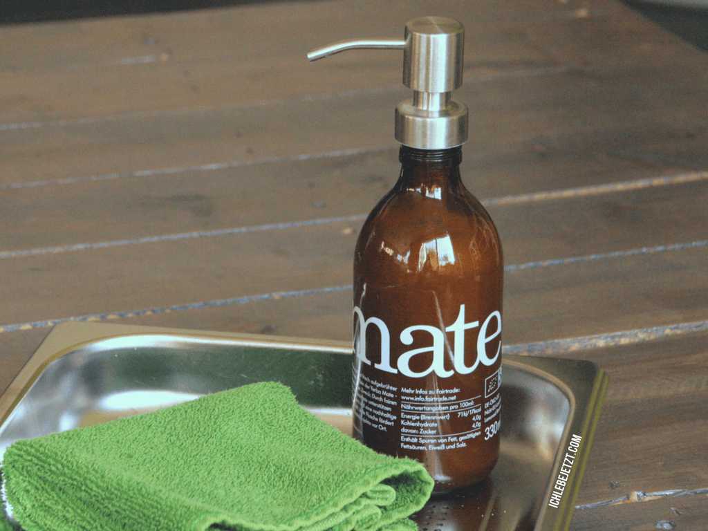 Selbst gemachte Seife im Spender, der aus einer Limonadenflasche upgecycled wurde.