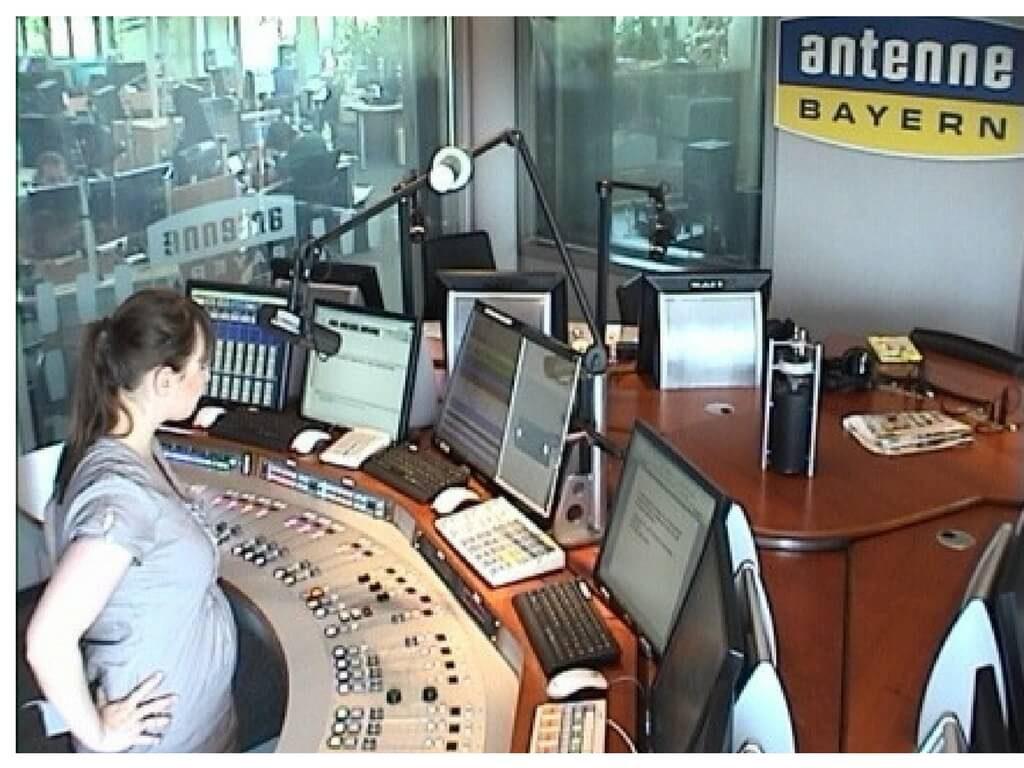 Radiomoderatorin Jennifer Schrems vor dem Mischpult im Antenne Bayerns Studio
