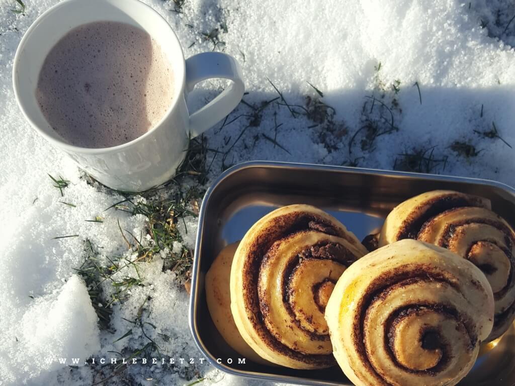 schokoschnecken-und-kakao-im-schnee