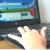 Kind sucht mit Hilfe der kindgerechten Suchmaschine fragfinn.de