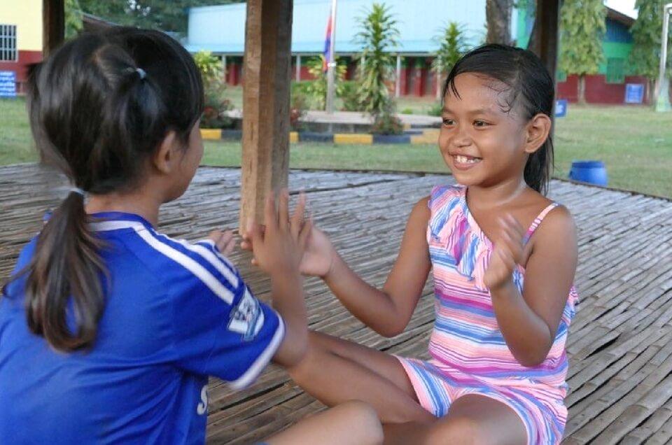 Kinder, die das Glück haben im Kinderdorf aufwachsen dürfen können wieder Lachen. lachende Mädchen im Kinderdorf Light Of hope in Kambodscha