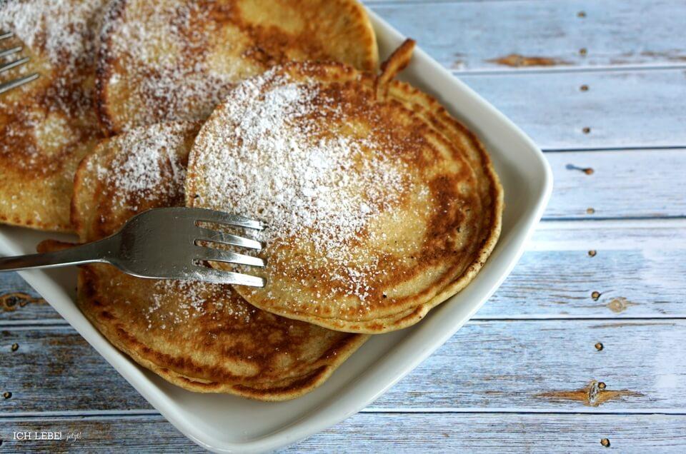 Apfelpfannkuchen mit Puderzucker