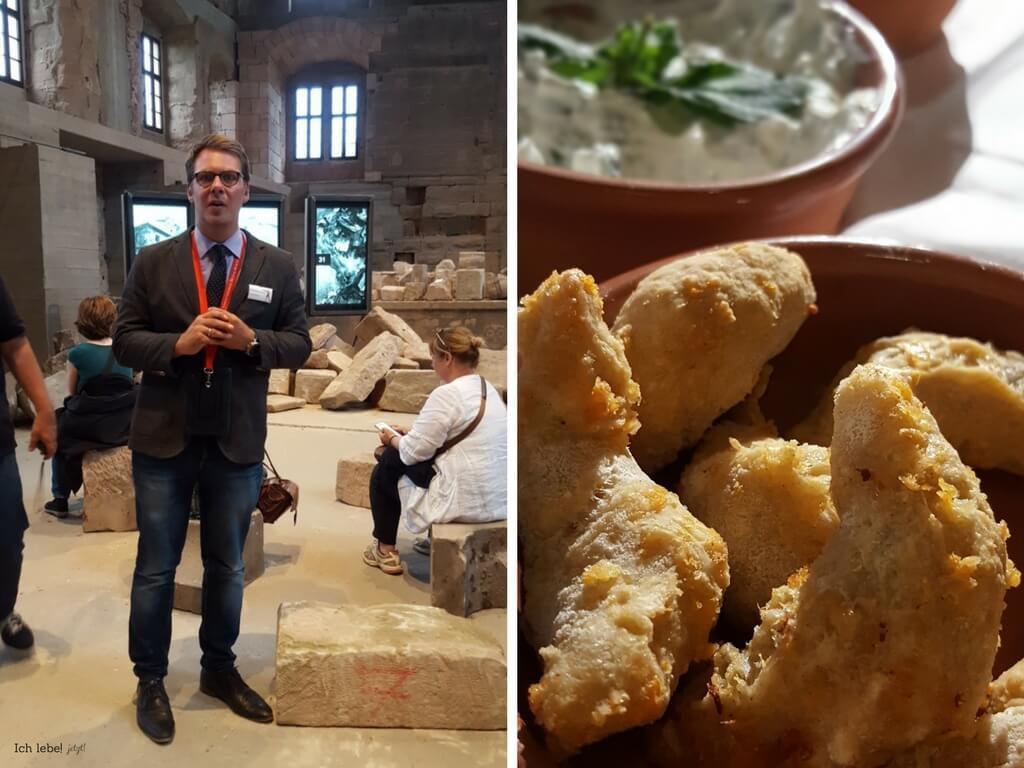 Dr. Sebastian Karnatz zeigt die Videoinstallation in der Cadolzburg
