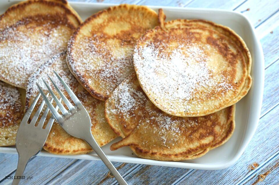 So sehen die fertigen, fluffigen Apfelpfannkuchen aus