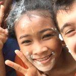 Kinder aus dem Kinderdorf machen mit andreas von amigo eine Kuchenschlacht