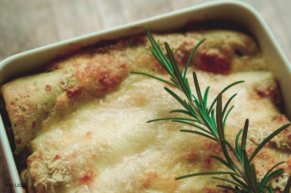 Auflaufform mit gefüllten, überbackenen Kräuterpfannkuchen
