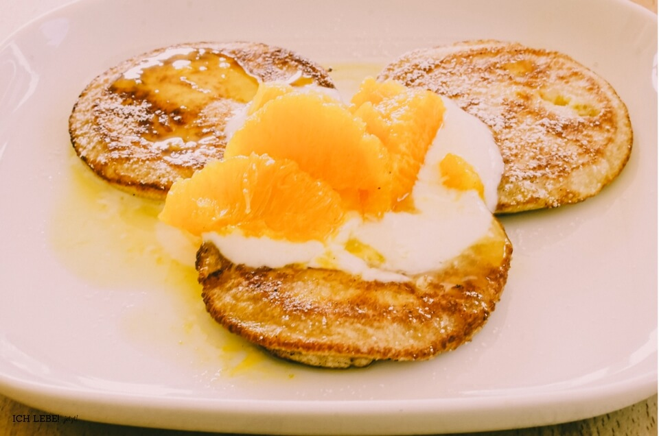 Hefepfannkuchen mit Vanillequark und Orangenkompott