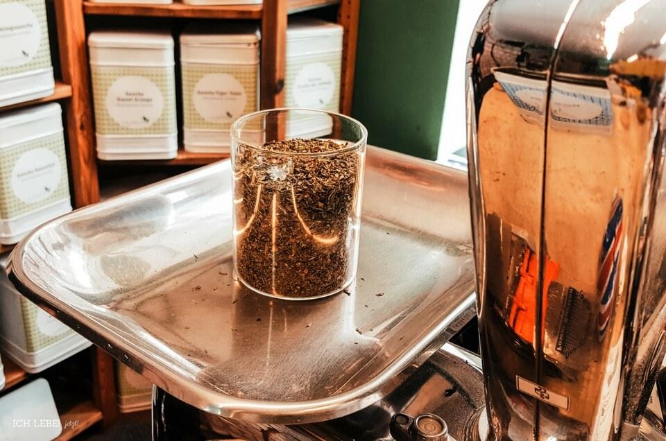 Abwiegen von losem Tee bei Evas Teeplantage in Nürnberg