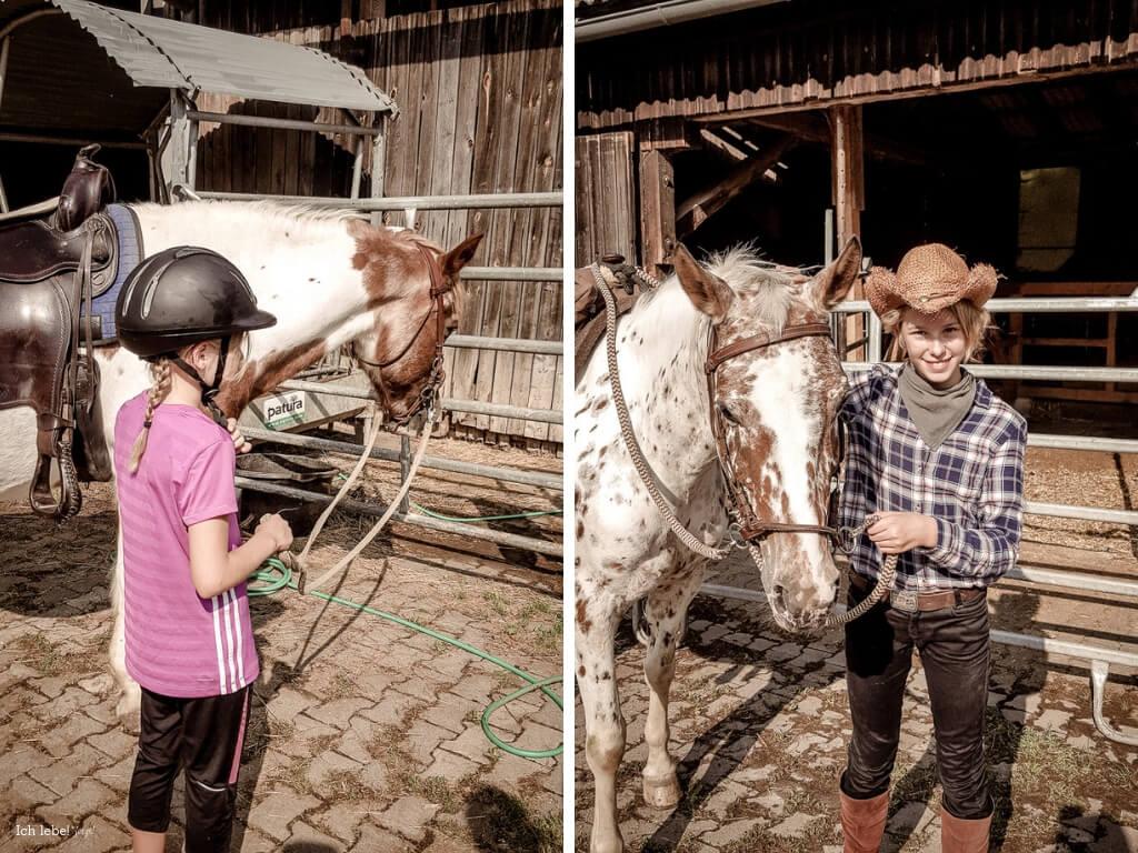 Kinder mit Pferd am Zügel.