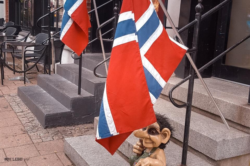 Völlig normal: Ein Geschäft in Kristiansand in Südnorwegen, vor dem die Nationalflagge hängt.