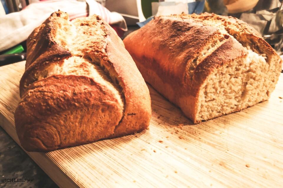 zwei frisch gebackene Brote
