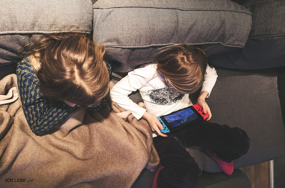Kinder spielen Nintendo Switch