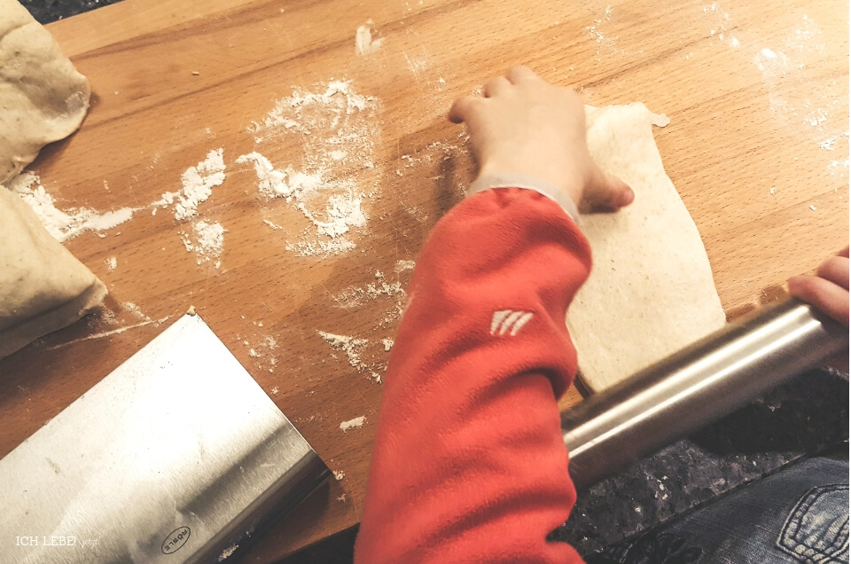 Kind hilft beim Brotbacken