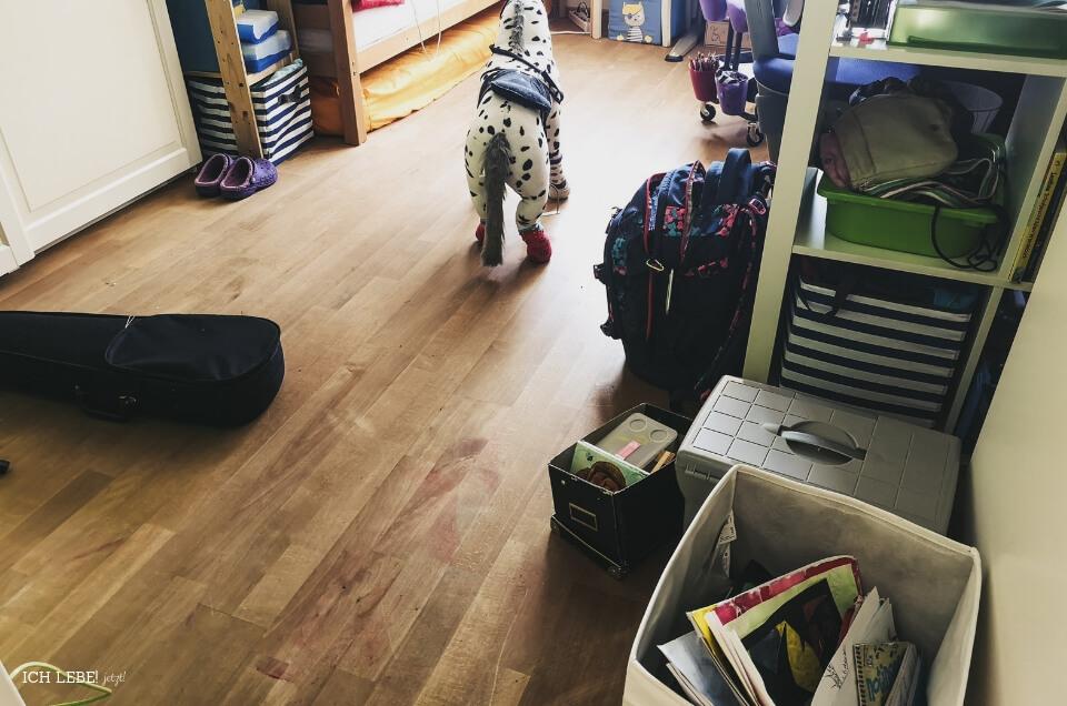 Kinderzimmer mit Unordnung