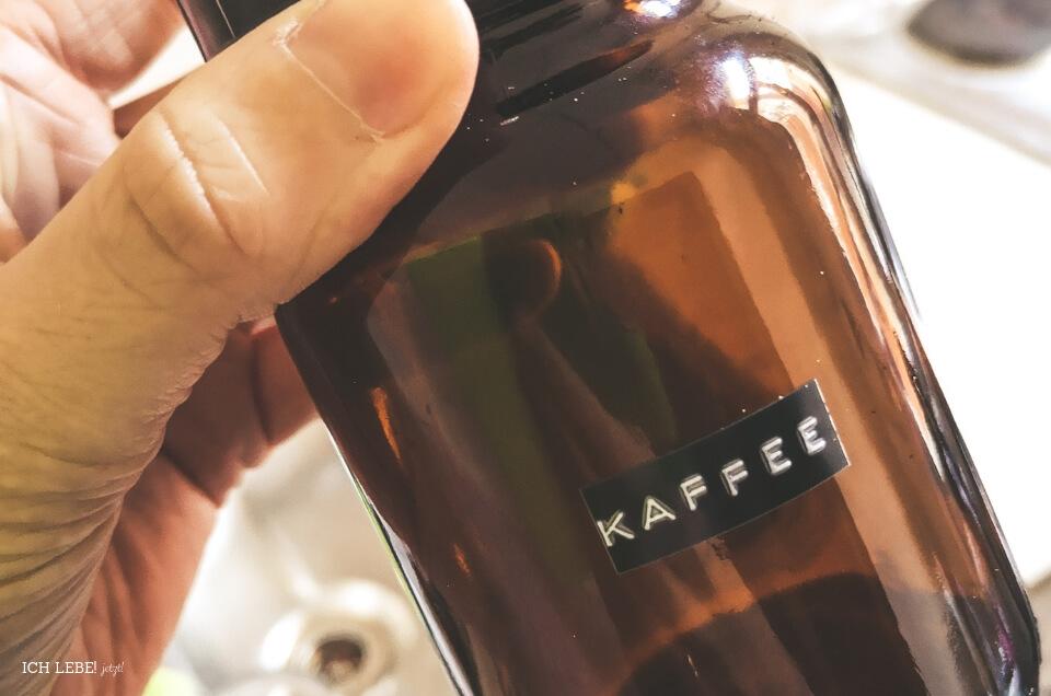 """Arzneimittelfläschchen mit der Aufschrift """"Kaffee"""""""