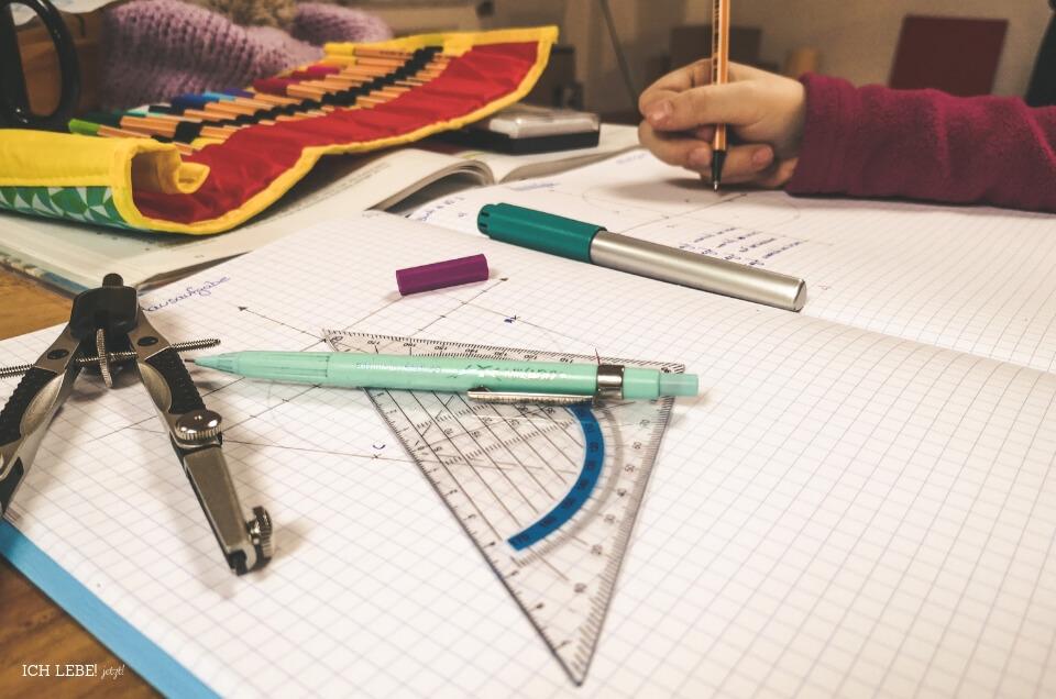 Kind macht Mathehausaufgaben