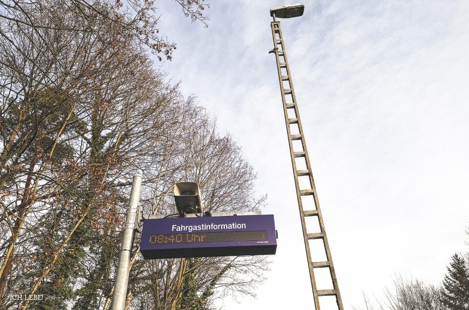 Anzeigentafel am Bahnsteig