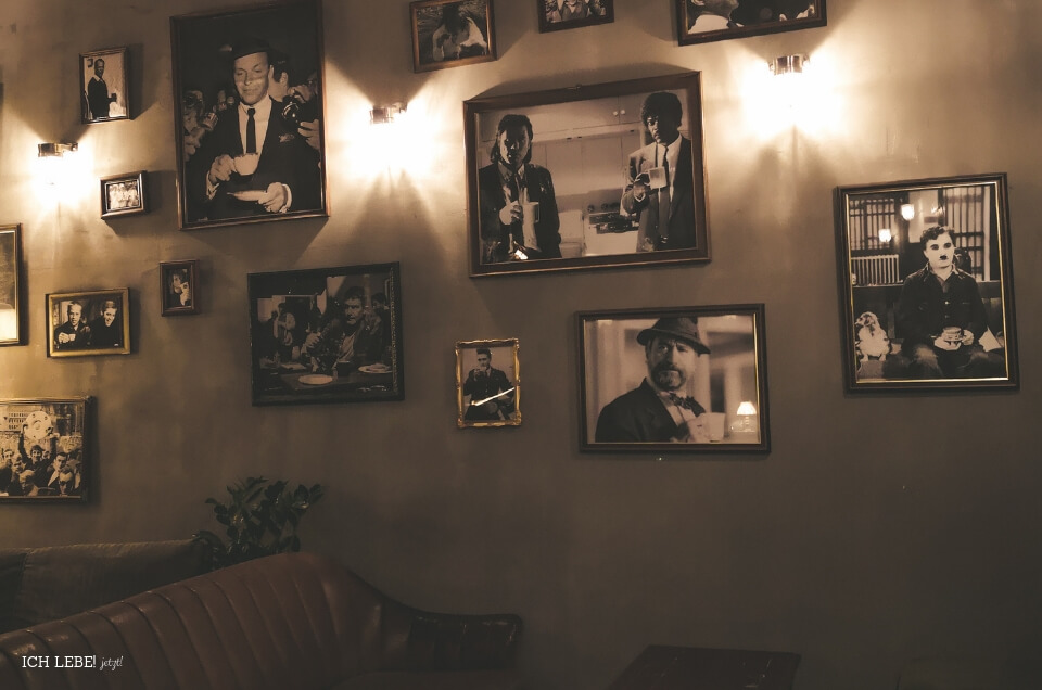 Wand mit Bildern in einer Kneipe