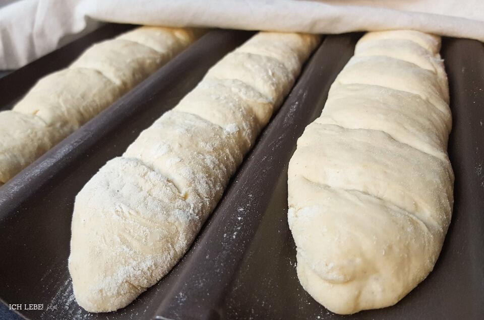 Baguettes vor dem Einschießen in den Ofen