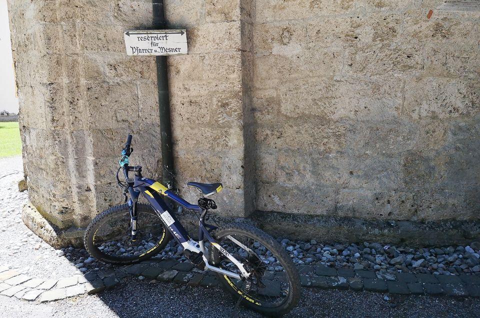 E-Bike auf Kirchenparkplatz