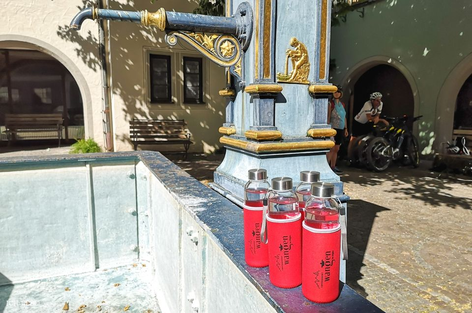 Trinkflaschen auf dem leeren Brunnen