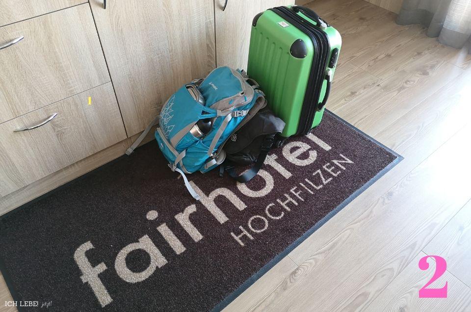 Gepackte Koffer imHotelzimmer