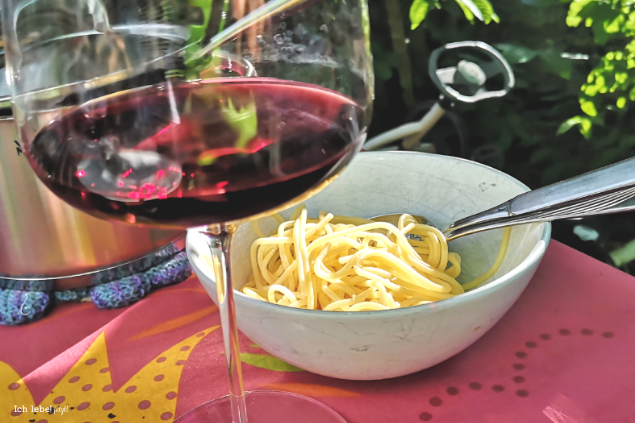 Spaghetti und Rotwein