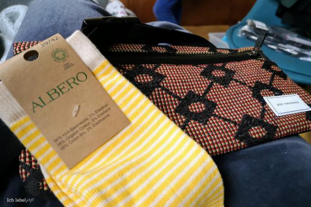 Socken und Gürteltasche