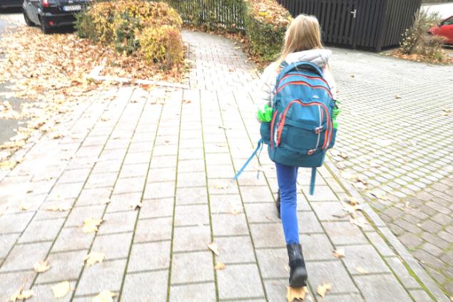 Kind aud dem Schulweg
