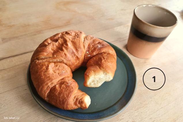 Croissant an Kaffee