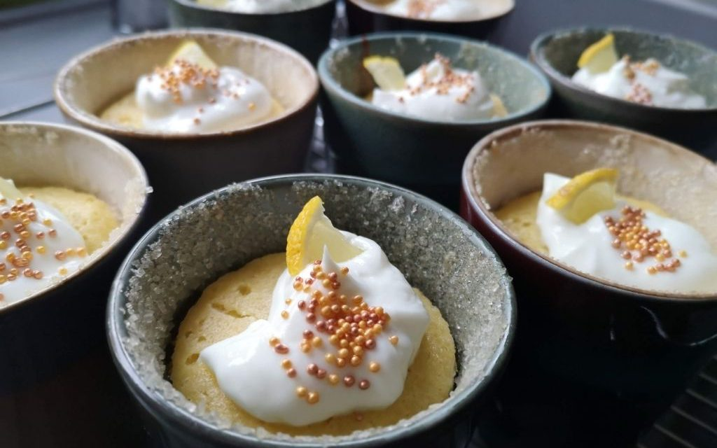 Tassenkuchen: Zitronen-Mandelkuchen aus dem Backofen