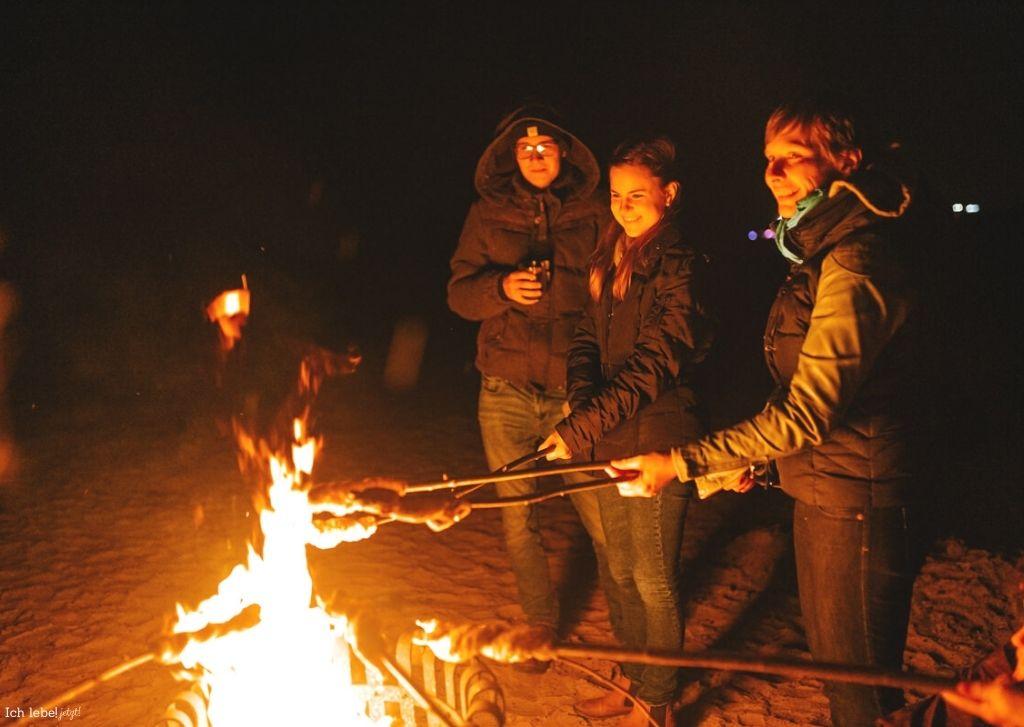 Am Lagerfeuer grillen wir Stockbrot