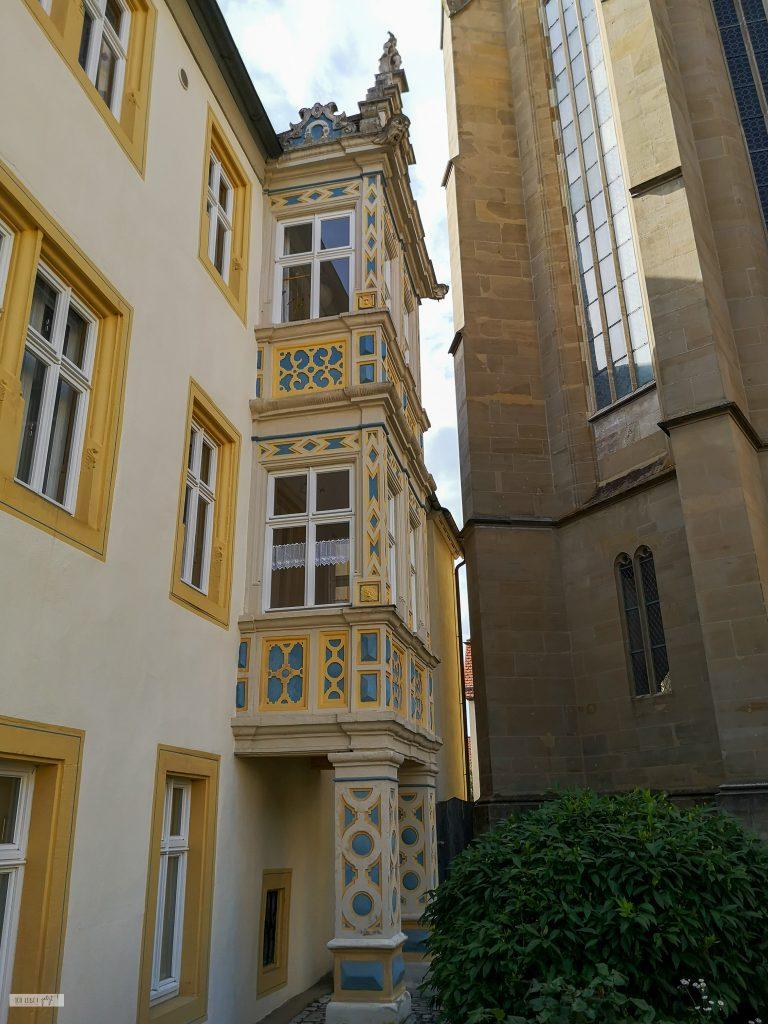 Haus in Rothenburg o.T. mit gelb gerahmten fenstern und reichlich verziertem Anbau